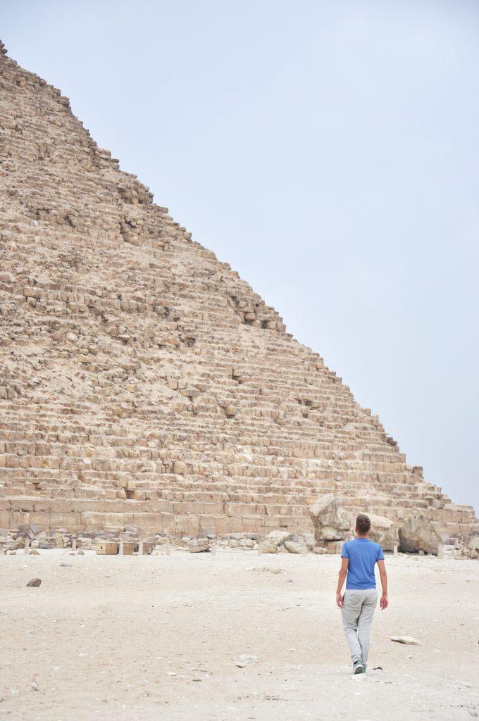uomo che cammina verso la piramide